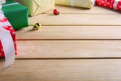 Geschenkbox vorhanden auf einem Holztisch mit Weihnachten Stockbilder