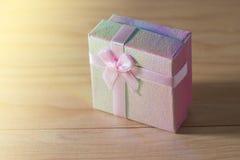 Geschenkbox wickelte Weihnachts- und Newyear-Geschenke mit Bögen und Bändern, Weihnachtsrahmen-26. Dezember-Hintergrund ein Lizenzfreies Stockbild