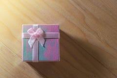 Geschenkbox wickelte Weihnachts- und Newyear-Geschenke mit Bögen und Bändern, Weihnachtsrahmen-26. Dezember-Hintergrund ein Lizenzfreies Stockfoto