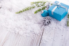 Geschenkboxbälle, Kiefernkegel und grüne Niederlassung auf Schnee Lizenzfreie Stockfotografie