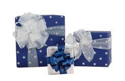 Geschenkboxblauer silberner glänzender Papierverpackungs-Seidenbandbogen des Satzes drei lokalisiert Stockfoto