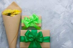Geschenkboxblumenstrauß-Gelbchrysanthemen auf grauem konkretem backgrou Lizenzfreie Stockbilder