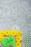 Geschenkboxblumenstrauß-Gelbchrysanthemen auf grauem konkretem backgrou Stockbilder