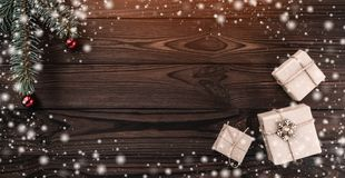 Geschenkboxen über dunklem hölzernem Hintergrund Beschneidungspfad eingeschlossen Tannenbaum mit Flitter, Raum für Text Effekt de lizenzfreies stockfoto