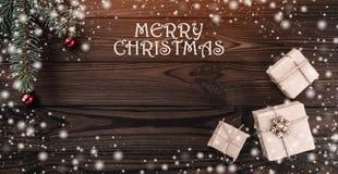 Geschenkboxen über dunklem hölzernem Hintergrund Beschneidungspfad eingeschlossen Tannenbaum mit Flitter, Raum für Text Effekt de lizenzfreie stockfotos