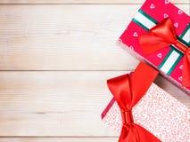 Geschenkboxen auf dem Bretterboden Stockfotografie