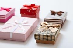 Geschenkboxen auf Draufsicht des weißen Hintergrundes Hochzeitseinladung, Grußkarte für Muttertag Schöner Geburtstag Stockfotos