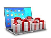 Geschenkboxen auf einer Laptoptastatur Stockbilder