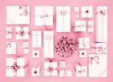Geschenkboxen auf Farbhintergrund Beschneidungspfad eingeschlossen Geschenkboxen und Blume Stockfotografie
