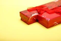 Geschenkboxen auf gelbem Hintergrund für St.-Valentinsgrußtag Stockfotos