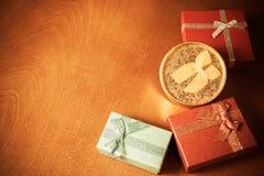Geschenkboxen auf hölzernem Hintergrund Abbildung der roten Lilie Selektiver Fokus Lizenzfreie Stockbilder