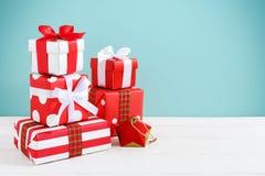 Geschenkboxen auf hölzerner Tabelle Lizenzfreie Stockfotos