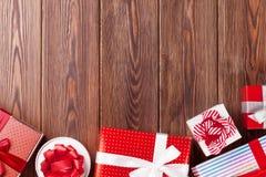 Geschenkboxen auf Holztisch Lizenzfreies Stockbild