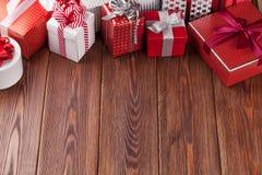 Geschenkboxen auf Holztisch Stockfoto