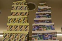 Geschenkboxen auf Regalen im Speicher stockfotografie