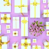 Geschenkboxen auf violettem Hintergrund Beschneidungspfad eingeschlossen Geschenkboxen und Fluss Stockbilder