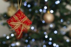 Geschenkboxen auf Weihnachtsbaum mit dem Raum, zum der Mitteilung zu schreiben lizenzfreie stockfotografie