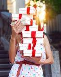 Geschenkboxen in den Händen der jungen Frau Stockbild