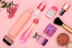 Geschenkboxen, Frauenparfüme und Kosmetik auf einem rosa Hintergrund lizenzfreie stockfotos