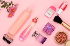 Geschenkboxen, Frauenparfüme und Kosmetik auf einem rosa Hintergrund stockbilder