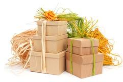 Geschenkboxen gebunden mit natürlichem Raffiabast von unterschiedlichen Farben und von Spitze Stockfotos