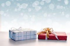 Geschenkboxen gegen bokeh Hintergrund stockfotografie