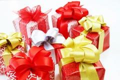Geschenkboxen lokalisiert auf weißem Hintergrund lizenzfreie stockbilder