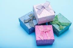 Geschenkboxen mit Bögen auf blauem Hintergrund Stockfoto