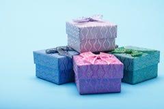 Geschenkboxen mit Bögen auf blauem Hintergrund Lizenzfreies Stockfoto