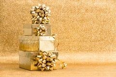 Geschenkboxen mit Bandbogen E Glückliche Kinder tanzen in einen Kreis um Schneemann am Weihnachtsabend Lizenzfreie Stockbilder