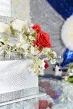 Geschenkboxen mit Blumen auf Tabelle Stockfotografie