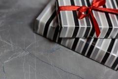 Geschenkboxen mit einem roten Band lizenzfreies stockfoto