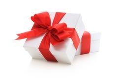Geschenkboxen mit rotem Farbband und Bogen Stockfotos