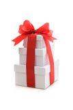 Geschenkboxen mit rotem Farbband und Bogen Stockfotografie