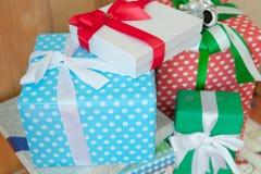 Geschenkboxen mit selektivem Fokus Stockfoto
