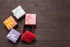 Geschenkboxen sind auf dem hölzernen Hintergrund mit leerem Raum Lizenzfreies Stockfoto