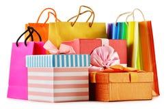 Geschenkboxen und bunte Geschenktaschen auf Weiß Stockfoto