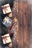 Geschenkboxen und Dekoration unter Weihnachtsbaum, hölzerne Planke lizenzfreie stockbilder