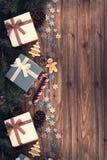 Geschenkboxen und Dekoration unter Weihnachtsbaum, hölzerne Planke im Hintergrund lizenzfreie stockbilder