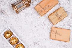 Geschenkboxen und Dekorationszusätze auf Tanne lizenzfreie stockfotografie