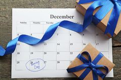 Geschenkboxen und Kalenderliste Stockfotografie