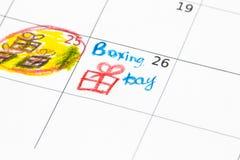 Geschenkboxen und Kalenderliste auf Holztisch 26. Dezember-Konzept Stockbilder