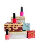 Geschenkboxen und Nagellacke lokalisiert Stockbilder