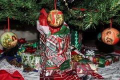 Geschenkboxen und Taschen unter dem Weihnachtsbaum mit Engelsverzierungen Stockbild