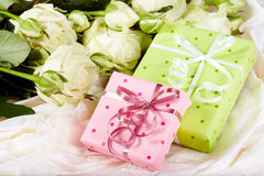 Geschenkboxen und Weißrosenblumen Stockbild