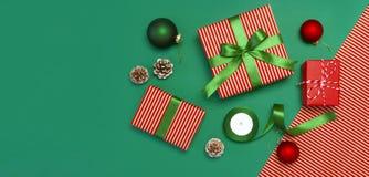 Geschenkboxen, Weihnachtsbälle, Spielwaren, Tannenzapfen, Band auf grünem Hintergrund Festlich, Glückwunsch, neues Jahr-Weihnacht stockfoto