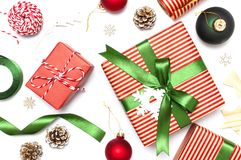 Geschenkboxen, Weihnachtsbälle, Spielwaren, Tannenzapfen, Band auf weißem Hintergrund Festlich, Glückwunsch, neues Jahr-Weihnacht lizenzfreie stockfotos