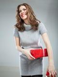 Geschenkboxfrauengriff gegen grauen Hintergrund Lizenzfreies Stockbild