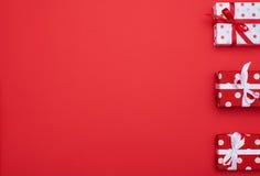 Geschenkboxtrio mit Kopienraum lizenzfreie stockbilder