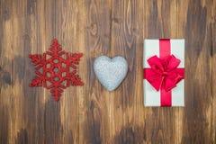 Geschenkboxverpackungsband mit Liebesherzen und Schnee formt stockbilder
